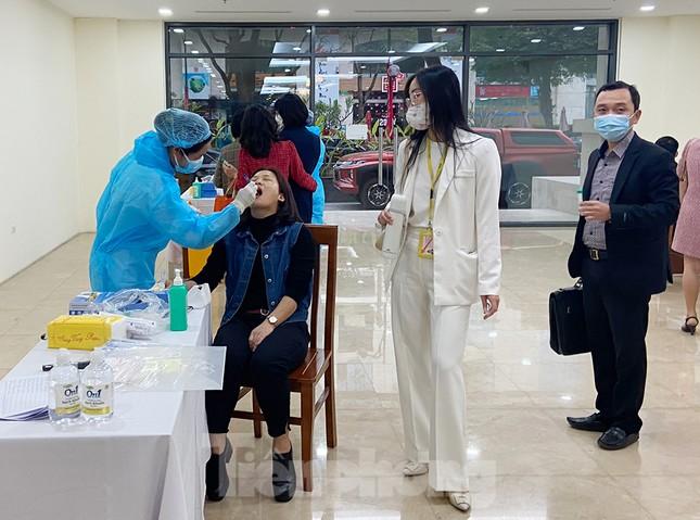 Dân văn phòng Hà Nội xếp hàng lấy mẫu xét nghiệm COVID-19 trong ngày đầu đi làm ảnh 6