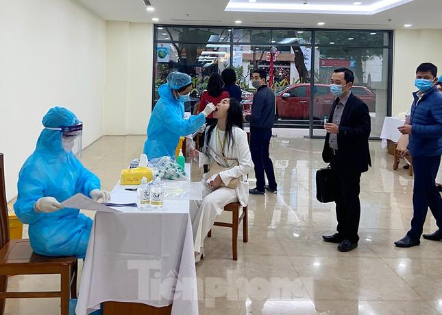 Dân văn phòng Hà Nội xếp hàng lấy mẫu xét nghiệm COVID-19 trong ngày đầu đi làm ảnh 7