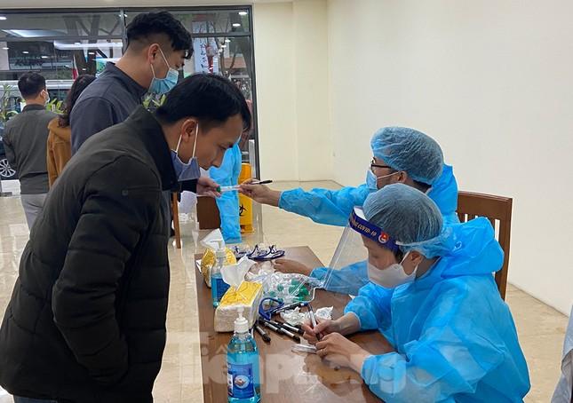 Dân văn phòng Hà Nội xếp hàng lấy mẫu xét nghiệm COVID-19 trong ngày đầu đi làm ảnh 1