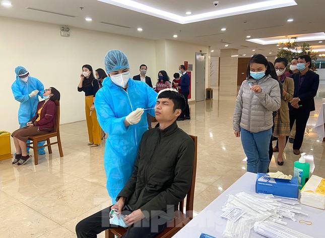 Dân văn phòng Hà Nội xếp hàng lấy mẫu xét nghiệm COVID-19 trong ngày đầu đi làm ảnh 5