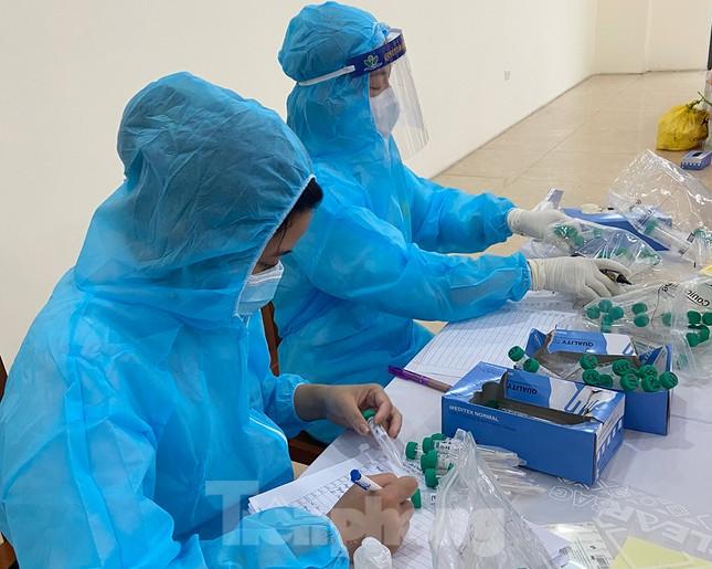 Dân văn phòng Hà Nội xếp hàng lấy mẫu xét nghiệm COVID-19 trong ngày đầu đi làm ảnh 2