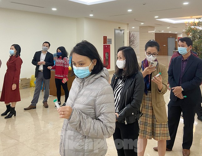 Dân văn phòng Hà Nội xếp hàng lấy mẫu xét nghiệm COVID-19 trong ngày đầu đi làm ảnh 3