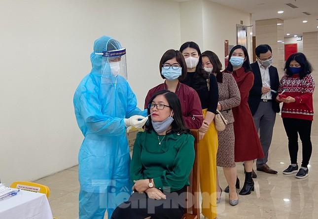 Dân văn phòng Hà Nội xếp hàng lấy mẫu xét nghiệm COVID-19 trong ngày đầu đi làm ảnh 4