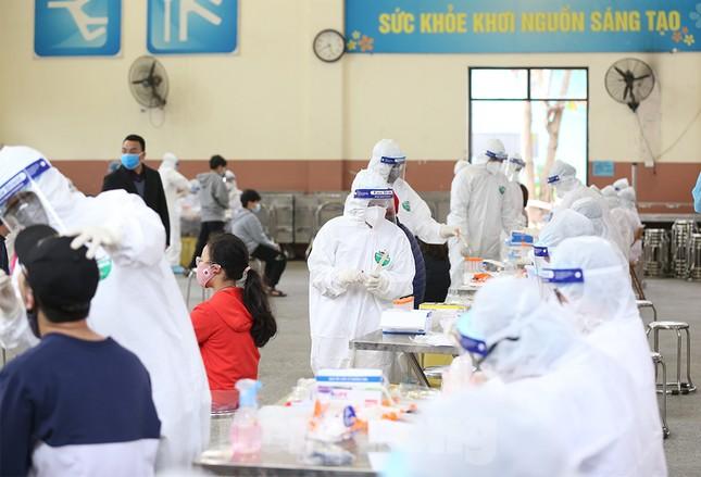 Cận cảnh xét nghiệm COVID-19 cho người dân từ vùng dịch về Hà Nội ảnh 10