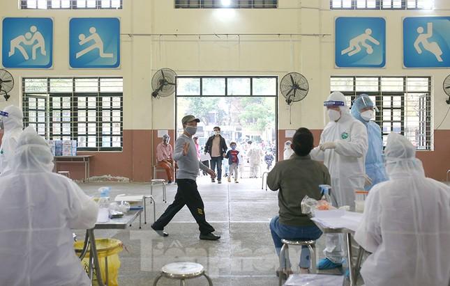 Cận cảnh xét nghiệm COVID-19 cho người dân từ vùng dịch về Hà Nội ảnh 15