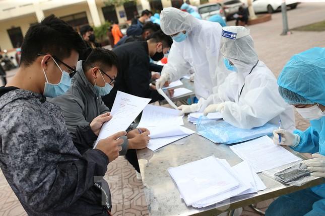 Cận cảnh xét nghiệm COVID-19 cho người dân từ vùng dịch về Hà Nội ảnh 2