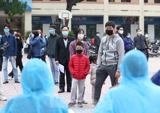 Cận cảnh xét nghiệm COVID-19 cho người dân từ vùng dịch về Hà Nội ảnh 4