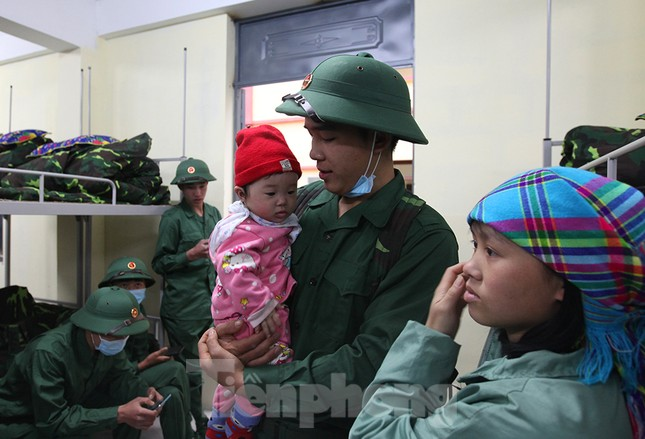 Tân binh huyện Mèo Vạc, Hà Giang xúc động chia tay người thân lên đường nhập ngũ ảnh 1