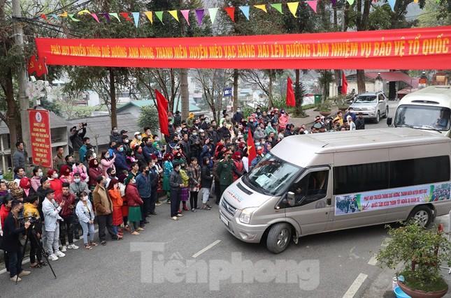 Tân binh huyện Mèo Vạc, Hà Giang xúc động chia tay người thân lên đường nhập ngũ ảnh 20