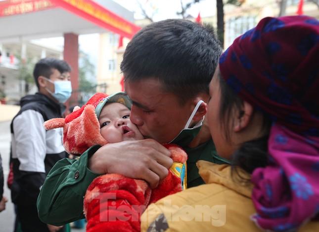 Tân binh huyện Mèo Vạc, Hà Giang xúc động chia tay người thân lên đường nhập ngũ ảnh 2