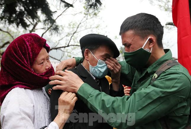 Tân binh huyện Mèo Vạc, Hà Giang xúc động chia tay người thân lên đường nhập ngũ ảnh 3