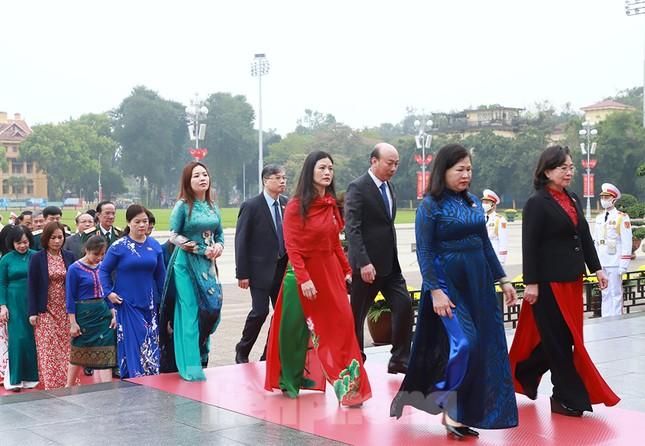 Lãnh đạo Đảng, Nhà nước và các ĐBQH vào lăng viếng Chủ tịch Hồ Chí Minh ảnh 9