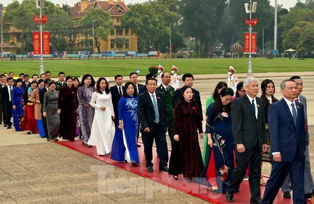 Lãnh đạo Đảng, Nhà nước và các ĐBQH vào lăng viếng Chủ tịch Hồ Chí Minh ảnh 11