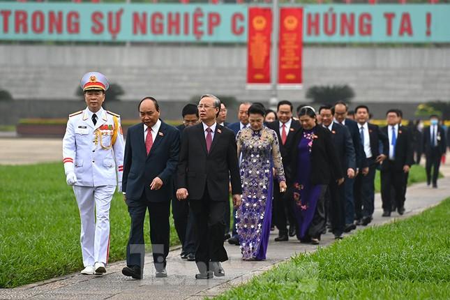 Lãnh đạo Đảng, Nhà nước và các ĐBQH vào lăng viếng Chủ tịch Hồ Chí Minh ảnh 12