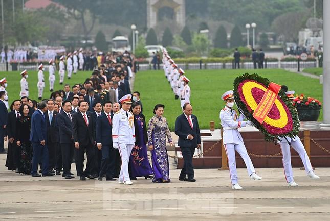 Lãnh đạo Đảng, Nhà nước và các ĐBQH vào lăng viếng Chủ tịch Hồ Chí Minh ảnh 1
