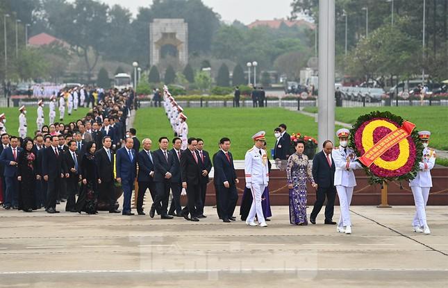 Lãnh đạo Đảng, Nhà nước và các ĐBQH vào lăng viếng Chủ tịch Hồ Chí Minh ảnh 2