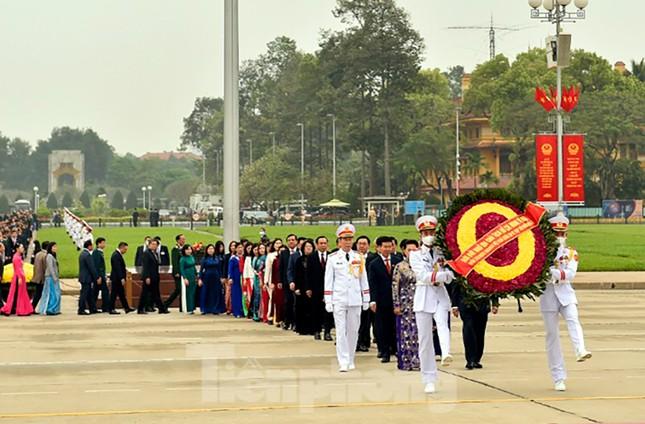 Lãnh đạo Đảng, Nhà nước và các ĐBQH vào lăng viếng Chủ tịch Hồ Chí Minh ảnh 3