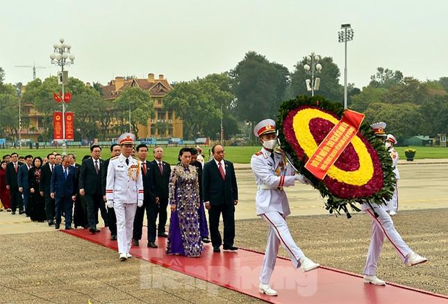 Lãnh đạo Đảng, Nhà nước và các ĐBQH vào lăng viếng Chủ tịch Hồ Chí Minh ảnh 4