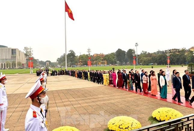 Lãnh đạo Đảng, Nhà nước và các ĐBQH vào lăng viếng Chủ tịch Hồ Chí Minh ảnh 5
