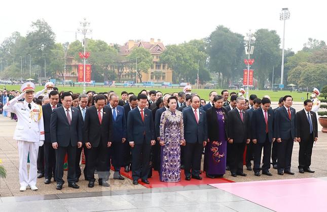 Lãnh đạo Đảng, Nhà nước và các ĐBQH vào lăng viếng Chủ tịch Hồ Chí Minh ảnh 6