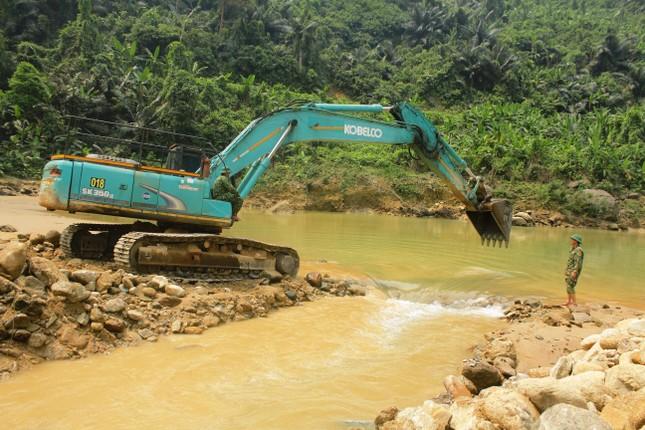 Dùng máy bơm khủng hút nước, tìm người mất tích dưới lòng sông Rào Trăng ảnh 7