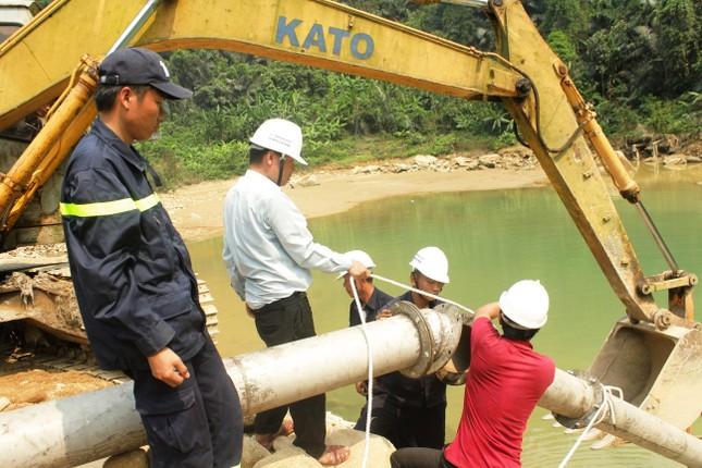 Dùng máy bơm khủng hút nước, tìm người mất tích dưới lòng sông Rào Trăng ảnh 2