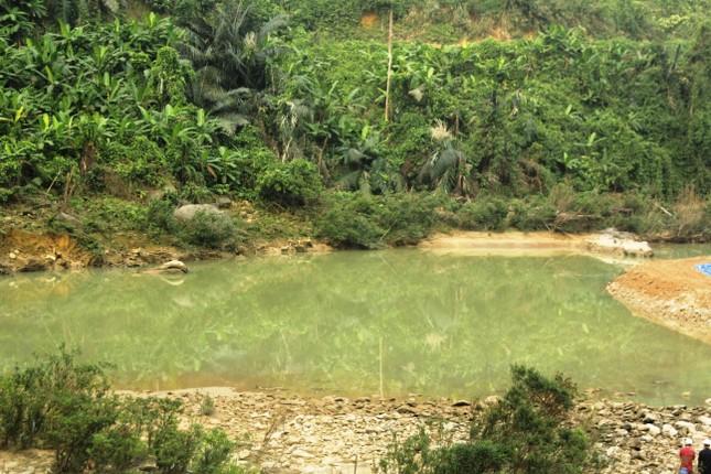 Dùng máy bơm khủng hút nước, tìm người mất tích dưới lòng sông Rào Trăng ảnh 1