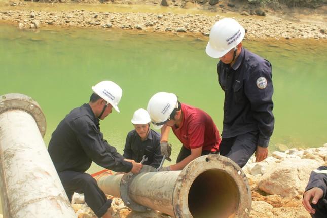 Dùng máy bơm khủng hút nước, tìm người mất tích dưới lòng sông Rào Trăng ảnh 3