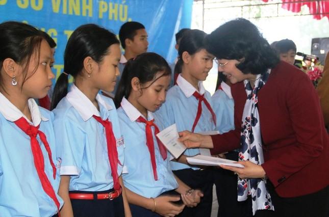 Phó Chủ tịch nước thăm, tặng quà Tết cho người nghèo TT-Huế ảnh 1