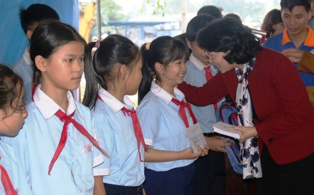 Phó Chủ tịch nước thăm, tặng quà Tết cho người nghèo TT-Huế ảnh 2