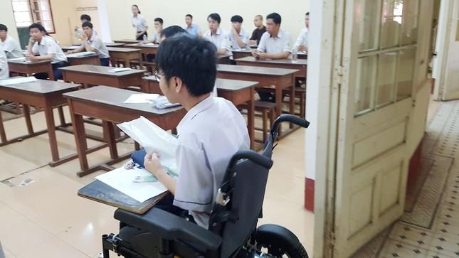 Nỗ lực của nam sinh Huế: Làm bài thi trên xe lăn ảnh 1