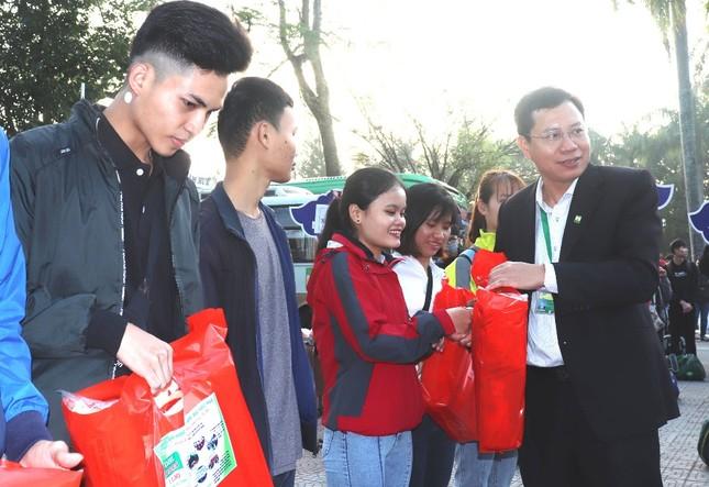 Trường đại học tặng 5.000 quả trứng gà, vé xe cho sinh viên về quê ăn Tết ảnh 6