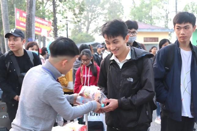 Trường đại học tặng 5.000 quả trứng gà, vé xe cho sinh viên về quê ăn Tết ảnh 7