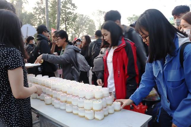 Trường đại học tặng 5.000 quả trứng gà, vé xe cho sinh viên về quê ăn Tết ảnh 8