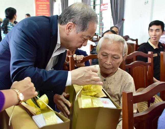 Dân nghèo Huế bất ngờ nhận quà Tết trước ngày rời Thượng thành ảnh 1