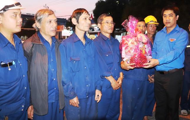 Hàng chục công nhân môi trường Huế bất ngờ nhận quà mừng Giao thừa ảnh 1