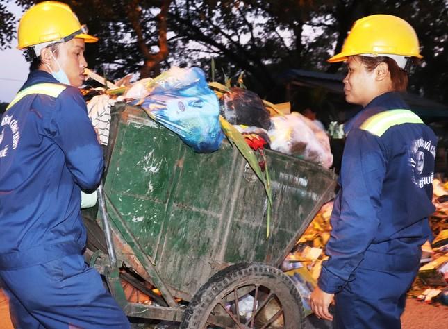 Hàng chục công nhân môi trường Huế bất ngờ nhận quà mừng Giao thừa ảnh 2
