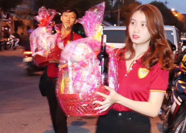 Hàng chục công nhân môi trường Huế bất ngờ nhận quà mừng Giao thừa ảnh 3