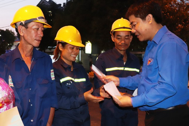 Hàng chục công nhân môi trường Huế bất ngờ nhận quà mừng Giao thừa ảnh 5