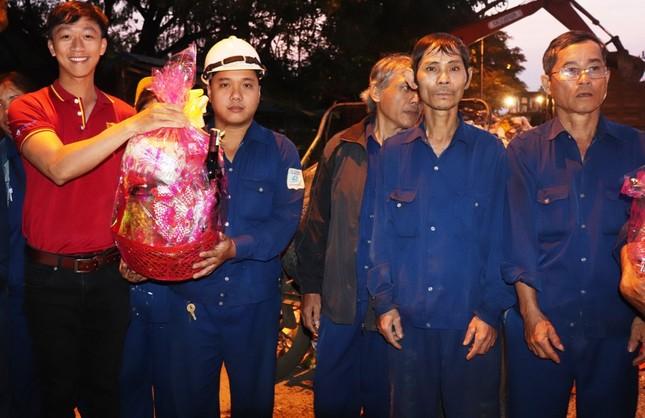 Hàng chục công nhân môi trường Huế bất ngờ nhận quà mừng Giao thừa ảnh 6