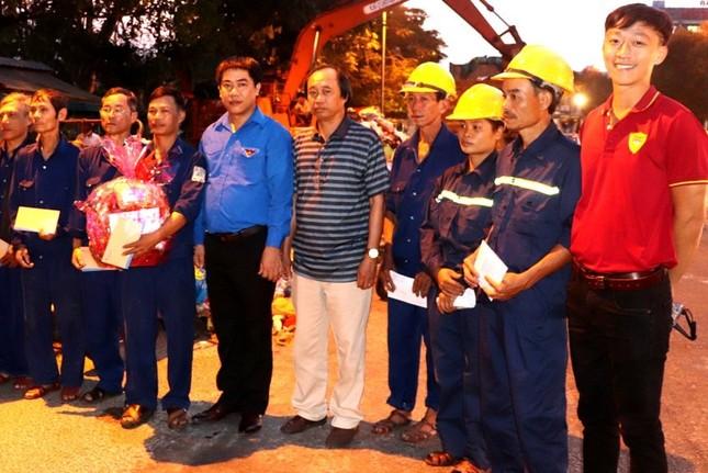 Hàng chục công nhân môi trường Huế bất ngờ nhận quà mừng Giao thừa ảnh 7