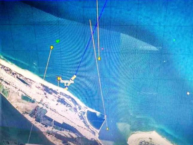 Cứu hộ tàu cá chở 11 thuyền viên va phải đá ngầm tại TT-Huế ảnh 1