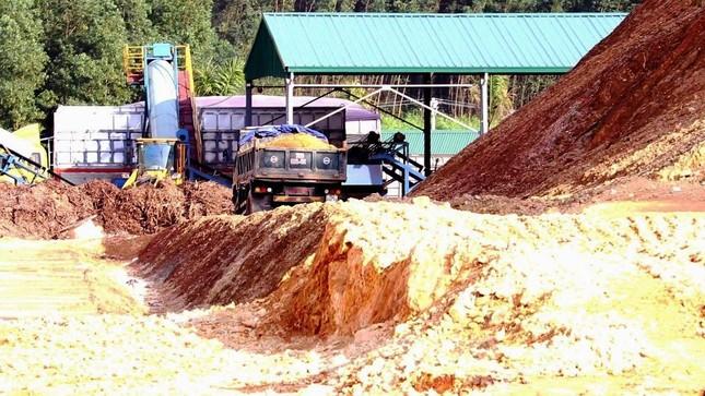 Ngang nhiên khai thác đất đồi bất hợp pháp cạnh trung tâm huyện ảnh 3