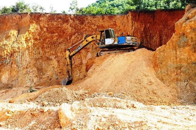 Ngang nhiên khai thác đất đồi bất hợp pháp cạnh trung tâm huyện ảnh 5