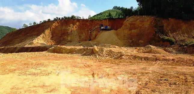 Ngang nhiên khai thác đất đồi bất hợp pháp cạnh trung tâm huyện ảnh 4