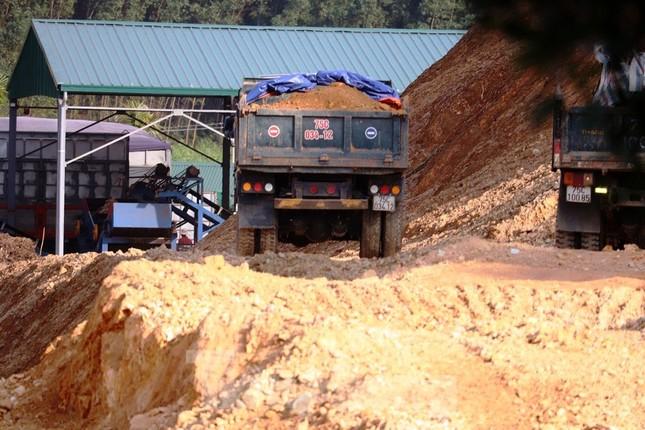 Ngang nhiên khai thác đất đồi bất hợp pháp cạnh trung tâm huyện ảnh 6