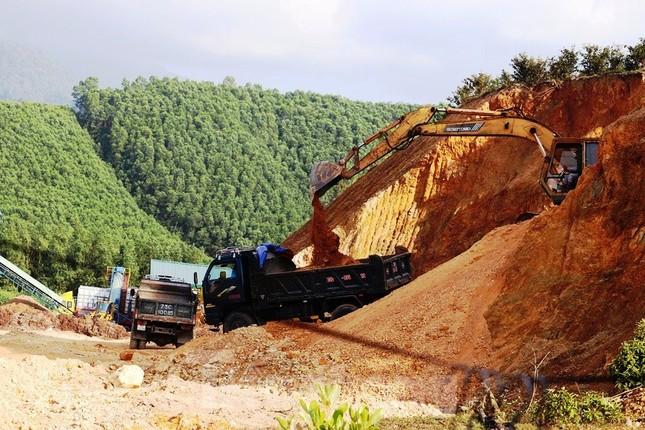 Ngang nhiên khai thác đất đồi bất hợp pháp cạnh trung tâm huyện ảnh 9