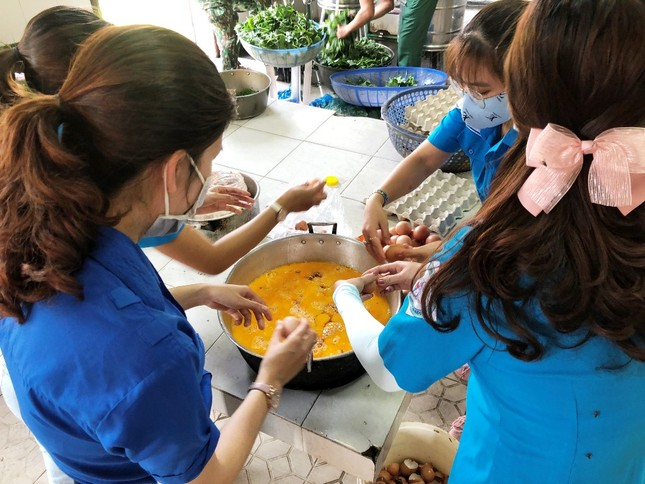 Đoàn viên thanh niên 'vào bếp' hỗ trợ cấp dưỡng cho hàng trăm người cách ly ảnh 1