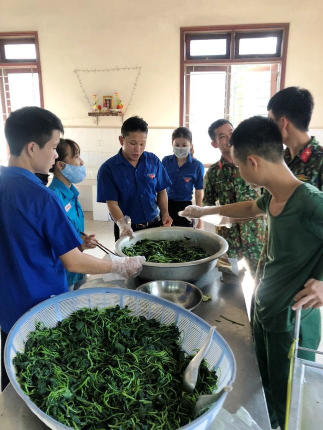 Đoàn viên thanh niên 'vào bếp' hỗ trợ cấp dưỡng cho hàng trăm người cách ly ảnh 2