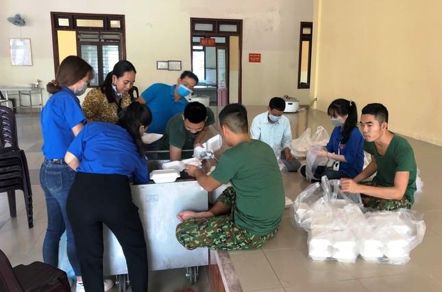 Đoàn viên thanh niên 'vào bếp' hỗ trợ cấp dưỡng cho hàng trăm người cách ly ảnh 3